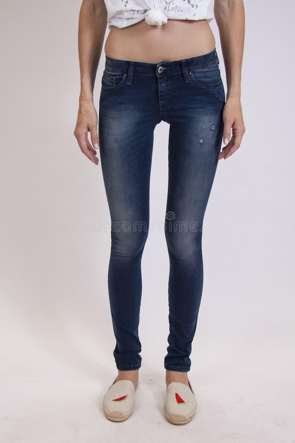 Donkerblauwe geschikte jeans op studioachtergrond royalty-vrije stock foto