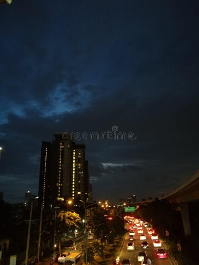 Donkerblauwe hemel stock foto