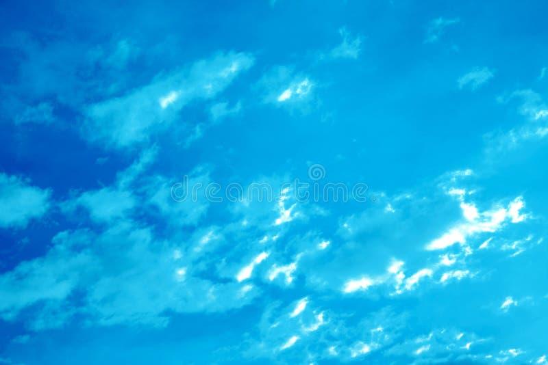 Donkerblauwe hemelachtergrond royalty-vrije stock fotografie