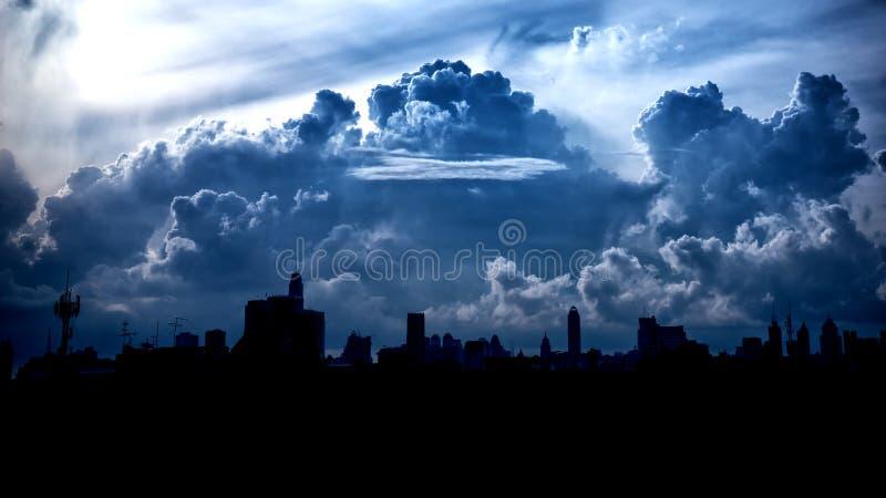 Donkerblauwe onweerswolken over stad royalty-vrije stock foto