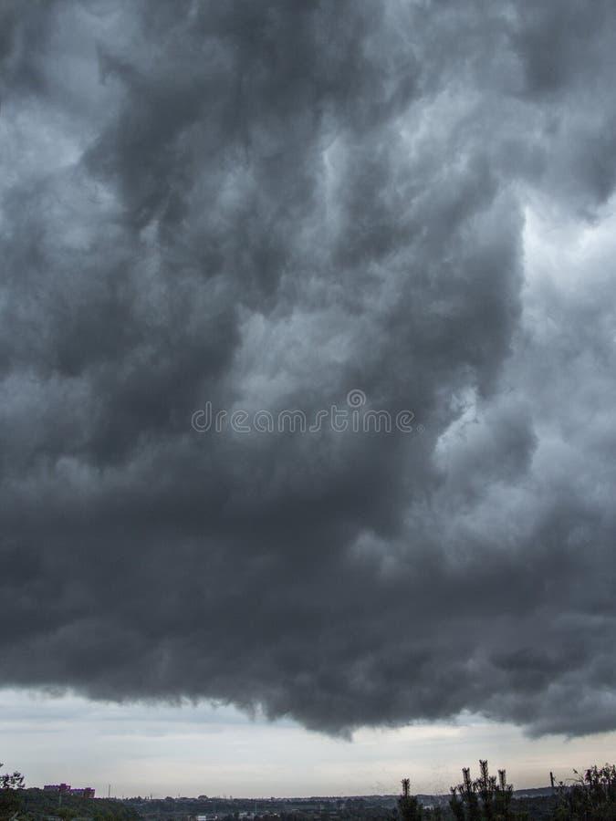 Donkerblauwe stormachtige hemel achtergrondfototextuur royalty-vrije stock fotografie