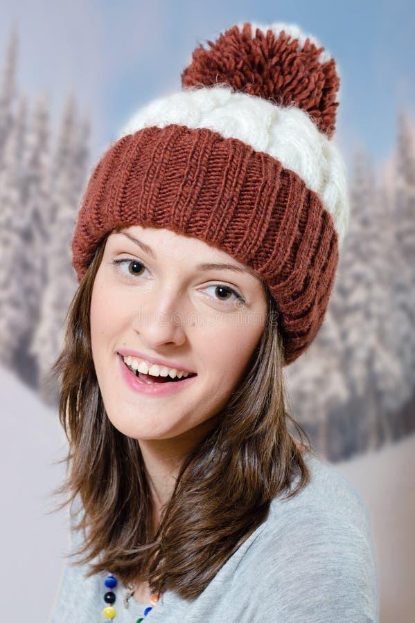 Donkerbruin jong meisje die warme hoed in bos dragen stock afbeeldingen
