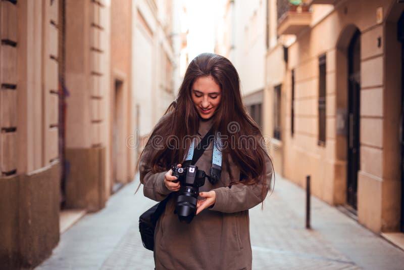 Donkerbruin meisje die camera en het glimlachen bekijken royalty-vrije stock afbeelding