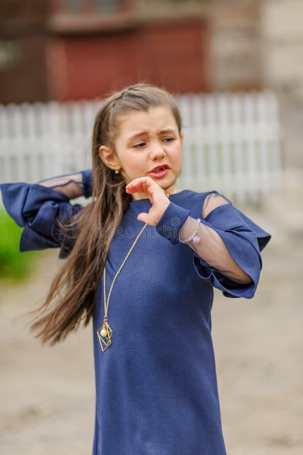 Donkerbruin meisje die denimkleding dragen die trots en het vieren zeer opgewekte overwinning en succes gillen, toejuichend emoti stock fotografie