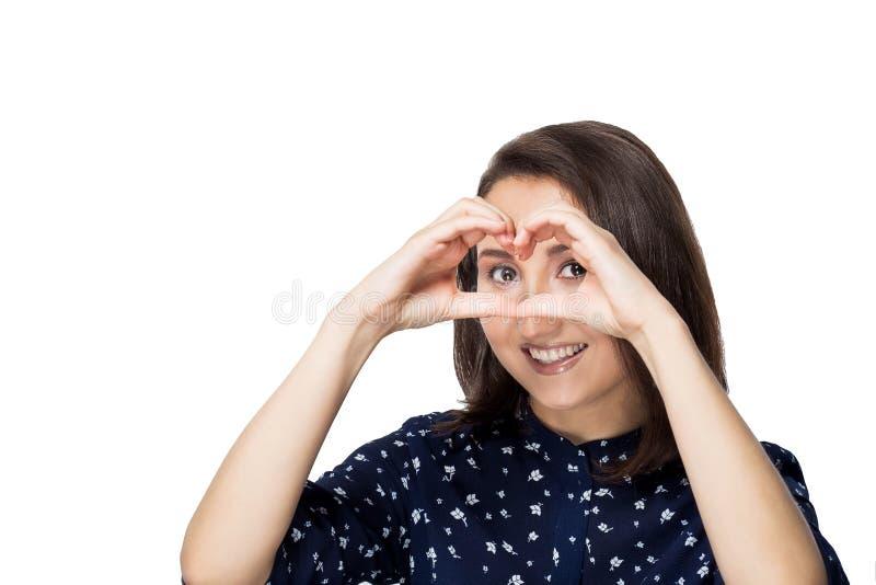 Donkerbruin meisje die met kort haar de camera met een glimlach bekijken royalty-vrije stock fotografie