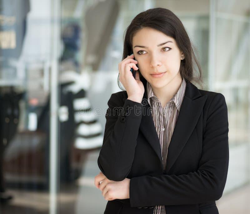 Donkerbruin meisje die telefonisch spreken. royalty-vrije stock foto