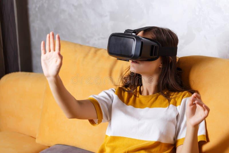Donkerbruin Meisje die VR-Apparaat testen royalty-vrije stock afbeelding