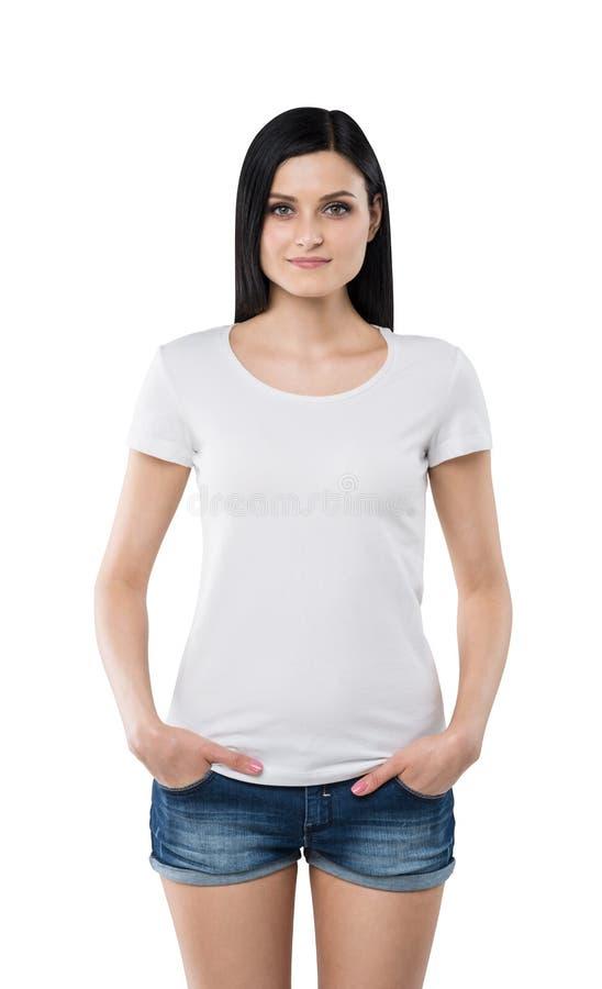 Donkerbruin meisje in een witte t-shirt en denimborrels stock afbeelding