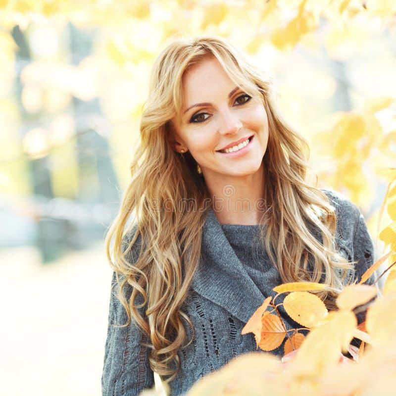 Donkerbruin meisje en gouden bladeren royalty-vrije stock afbeeldingen