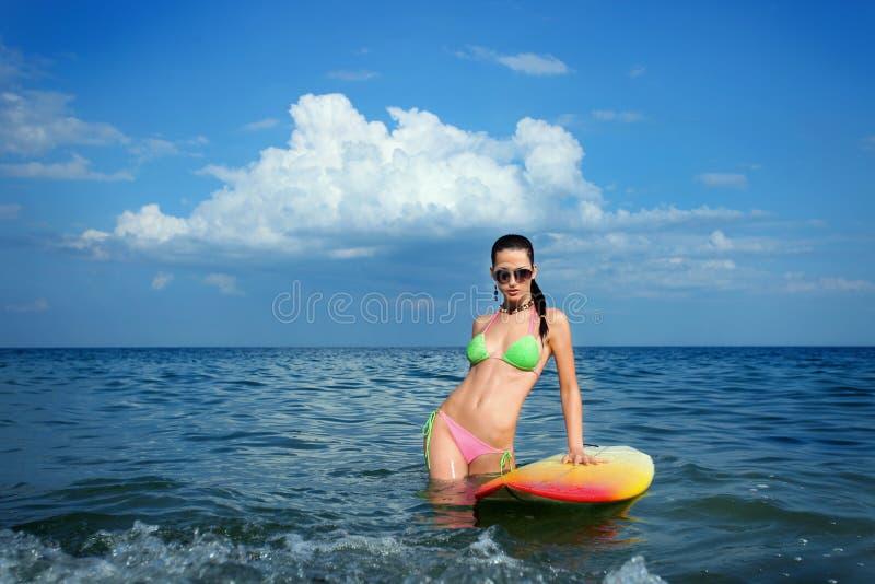 Donkerbruin Meisje met een Surfplank royalty-vrije stock afbeelding