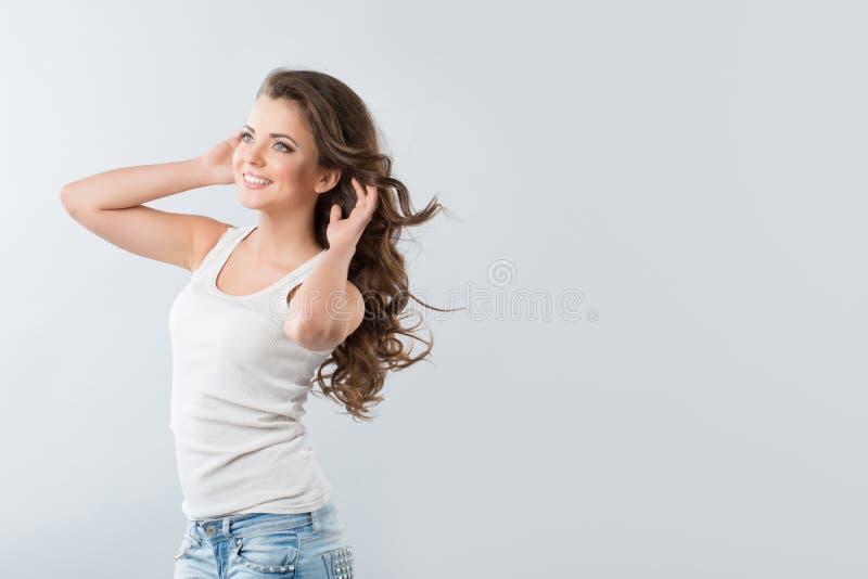 Donkerbruin meisje met fladderend haar met wind royalty-vrije stock afbeeldingen