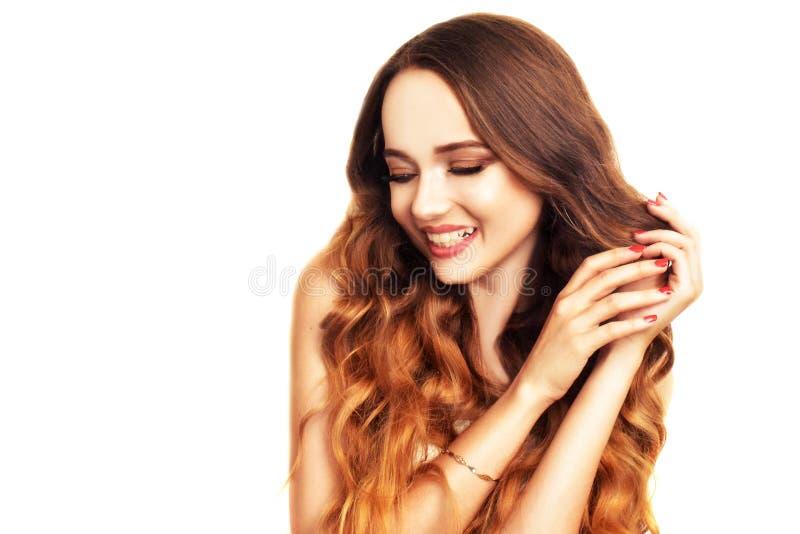 Donkerbruin meisje met lang en glanzend lang haar Mooie modelvrouw met krullend kapsel en modieuze make-up royalty-vrije stock afbeeldingen
