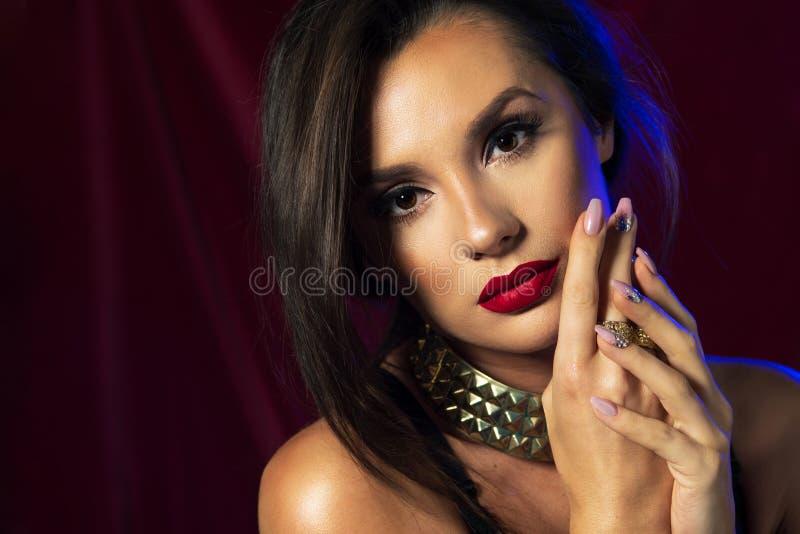 Donkerbruin Meisje met Lang en glanzend Krullend Haar Mooi model met glimlach royalty-vrije stock afbeeldingen