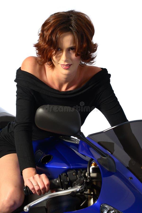 Donkerbruin meisje op motorfiets zwarte kleding stock afbeeldingen