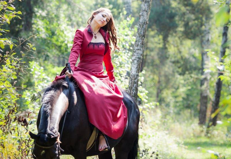 Donkerbruin meisje op paard royalty-vrije stock foto