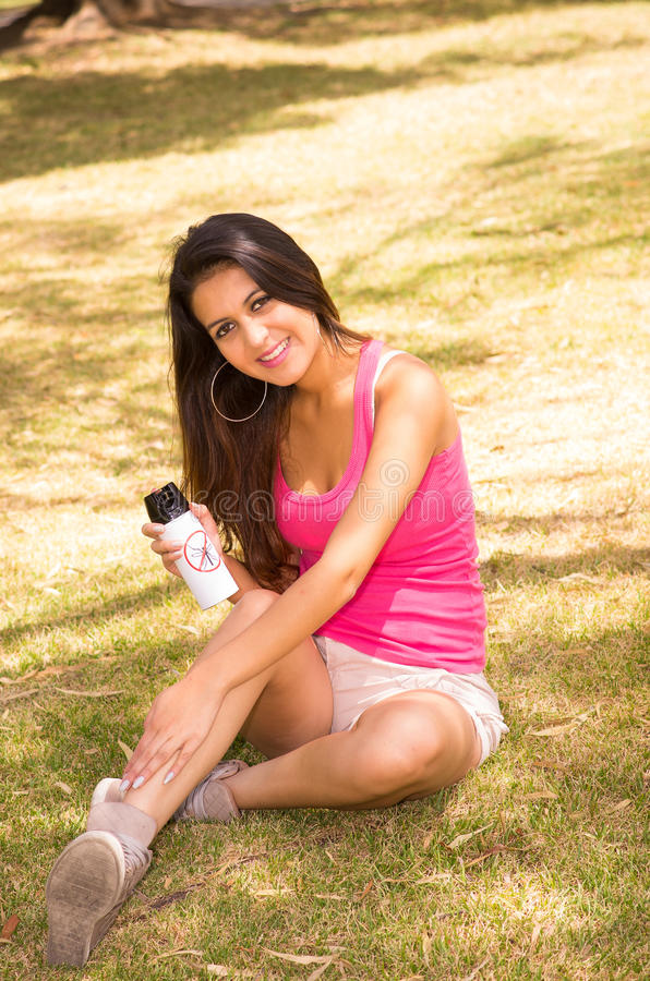 Donkerbruin model die roze hoogste en witte borrels dragen royalty-vrije stock fotografie