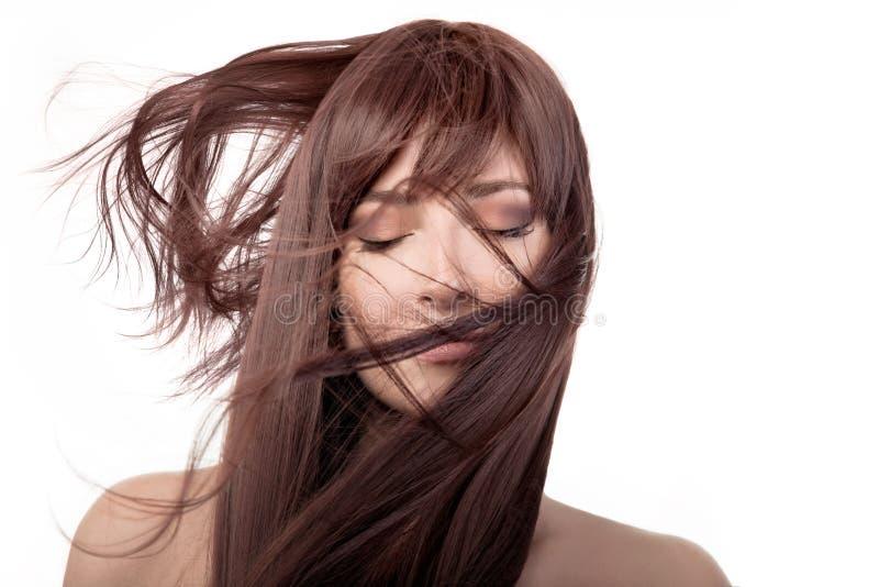 Donkerbruin schoonheidsmeisje Gezond lang haar die over gezicht vliegen royalty-vrije stock foto's