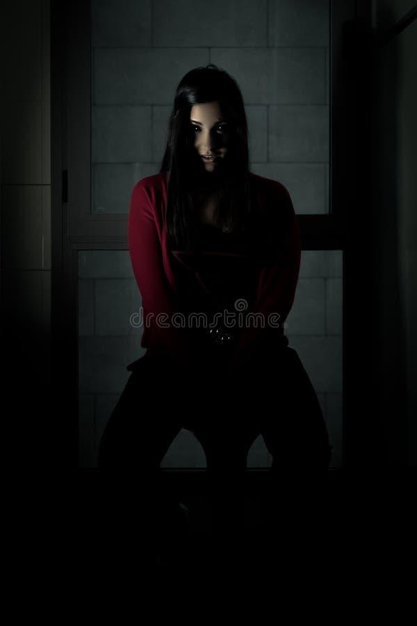 Donkerbruin spookmeisje die camera bekijken stock fotografie