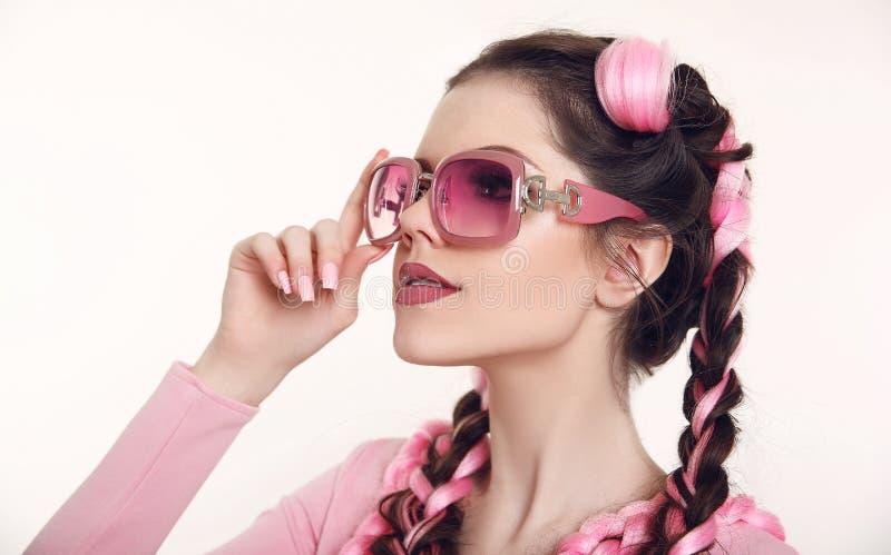 Donkerbruin tienermeisje met twee Franse vlechten van roze kanekalon, F royalty-vrije stock afbeelding