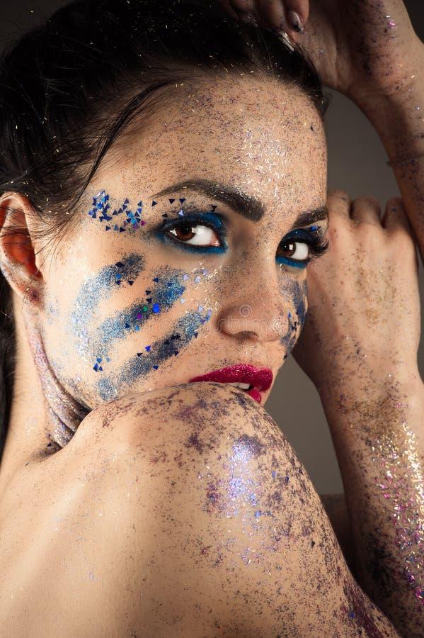 Donkerbruin vrouwengezicht met heldere make-up met bergkristallenclose-up stock fotografie