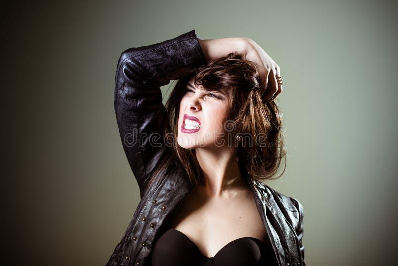 Donkerbruin wijfje met kwaad blik die met haar pronken stock foto