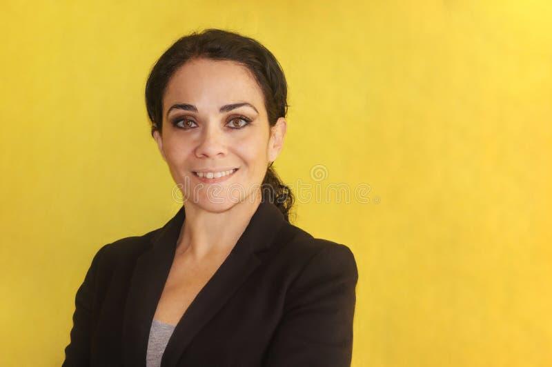 Donkerbruine bedrijfsvrouw over het geïsoleerde glimlachen die als achtergrond aan de camera kijken royalty-vrije stock foto