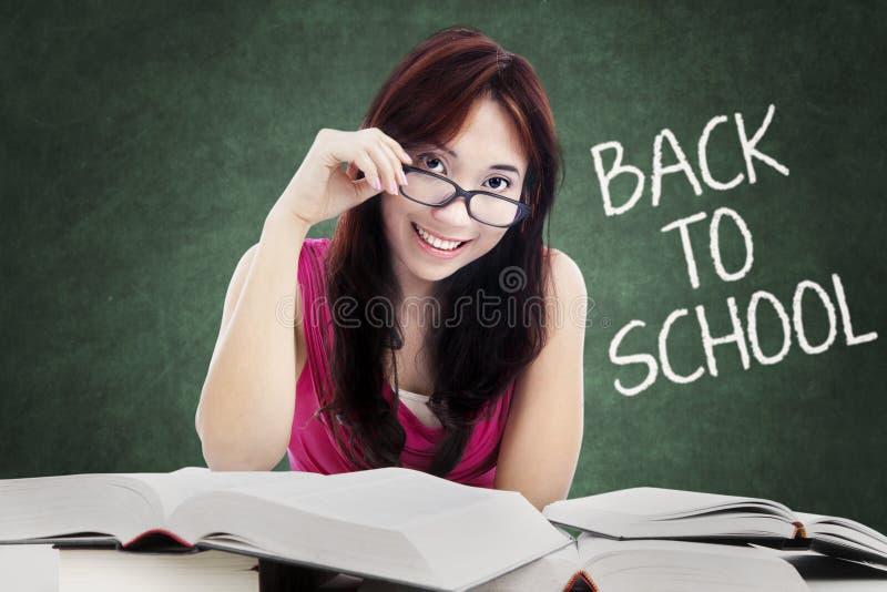 Donkerbruine middelbare schoolstudent terug naar school royalty-vrije stock foto