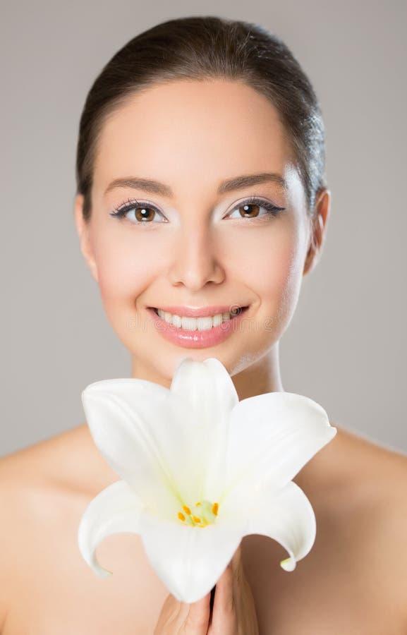 Donkerbruine schoonheid in lichte make-up stock foto