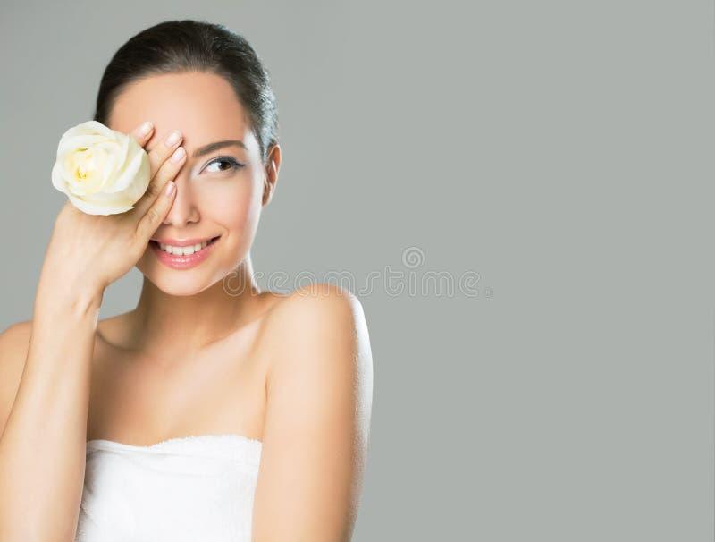 Donkerbruine schoonheid in lichte make-up royalty-vrije stock foto's