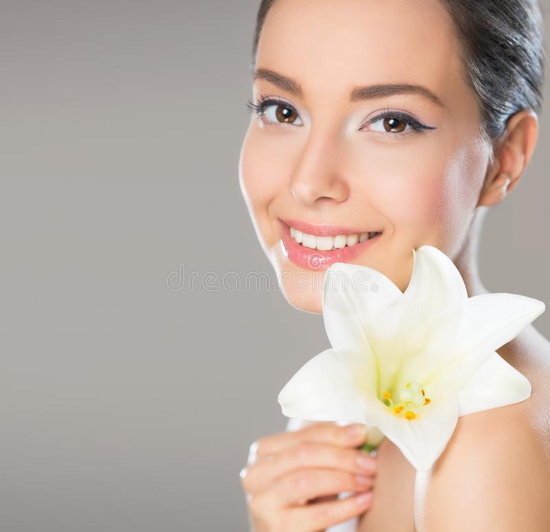 Donkerbruine schoonheid in lichte make-up stock foto's