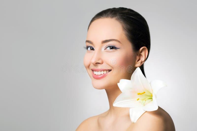 Donkerbruine schoonheid in lichte make-up stock fotografie