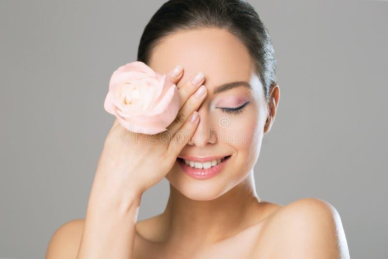 Donkerbruine schoonheid in lichte make-up royalty-vrije stock afbeeldingen