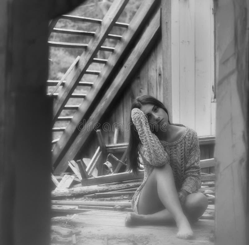 Donkerbruine schoonheid in verlaten zolder 7 royalty-vrije stock fotografie