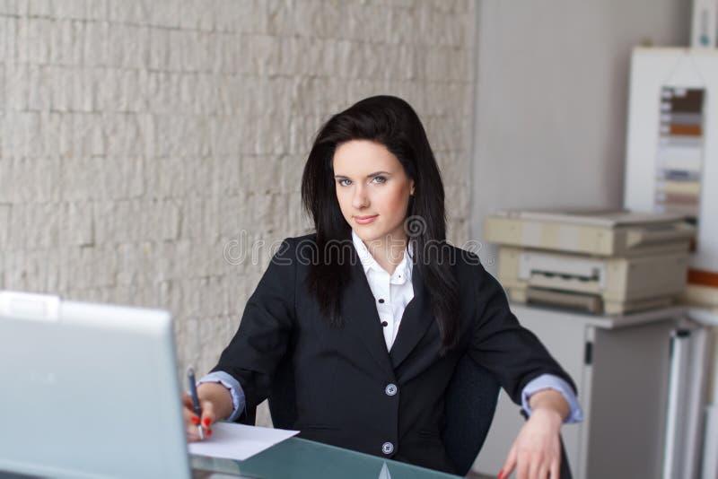 Donkerbruine secretaresse die document ondertekenen royalty-vrije stock foto