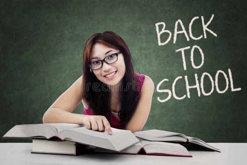 Donkerbruine student met lang haar terug naar school royalty-vrije stock fotografie