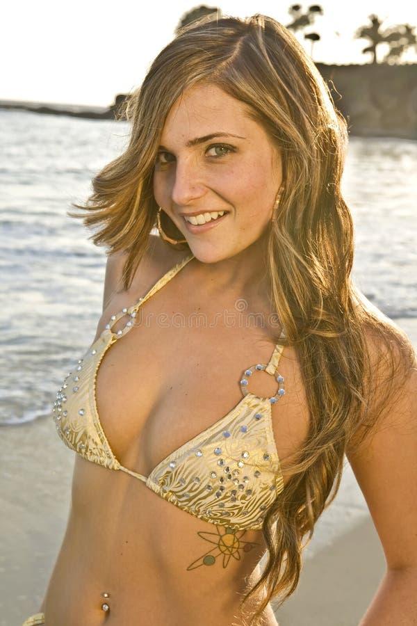 Donkerbruine Vrouw in Bikini op dichte omhooggaand van het Strand stock afbeeldingen