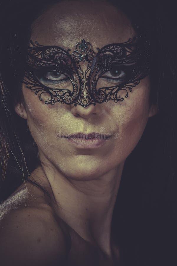 Donkerbruine vrouw in de zwarte franjes van het maskermetaal royalty-vrije stock afbeeldingen