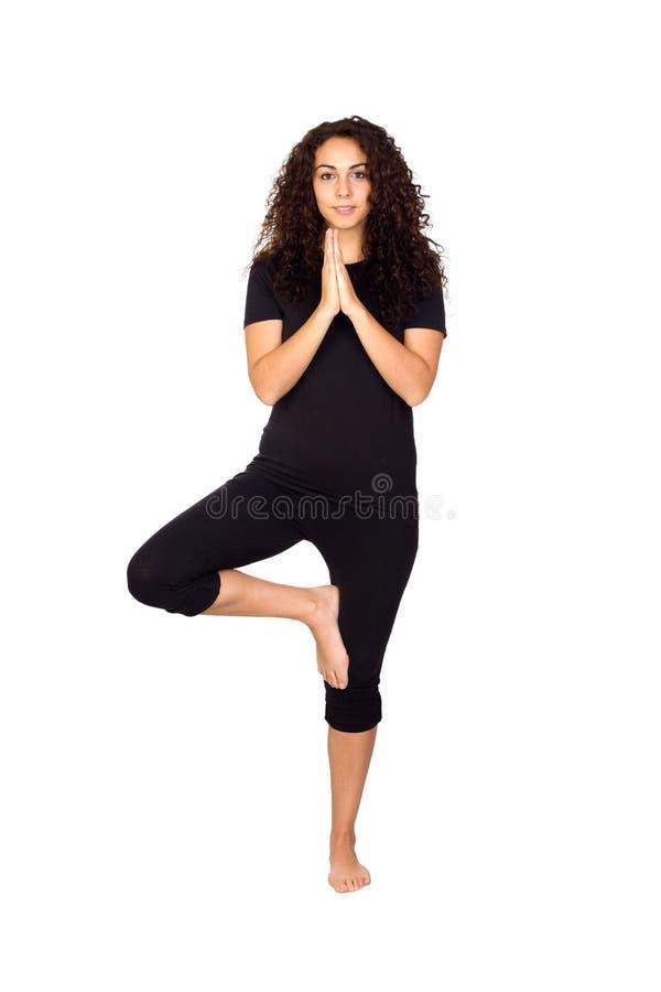 Donkerbruine Vrouw die de Oefeningen van de Yoga doen stock foto