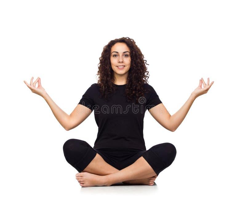 Donkerbruine Vrouw die de Oefeningen van de Yoga doen royalty-vrije stock afbeeldingen