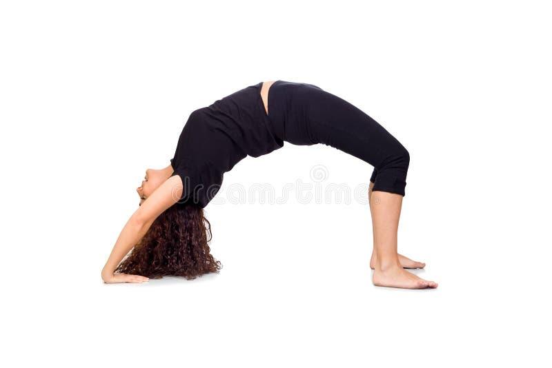 Donkerbruine Vrouw die de Oefeningen van de Yoga doen stock fotografie
