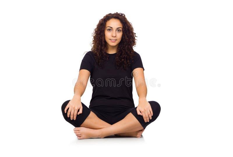 Donkerbruine Vrouw die de Oefeningen van de Yoga doen royalty-vrije stock afbeelding