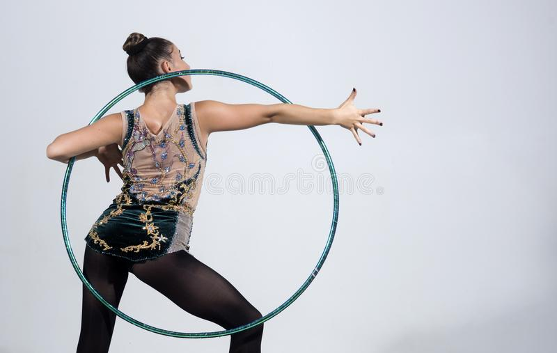 Donkerbruine vrouw die oefening met een hula-hoepel doen De vrouw van de geschiktheid royalty-vrije stock foto