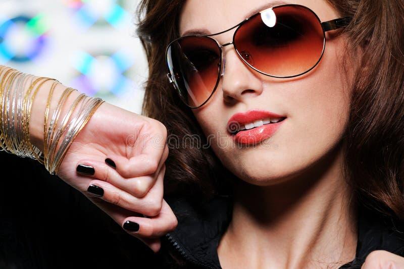 Donkerbruine vrouw in manierzonnebril stock fotografie