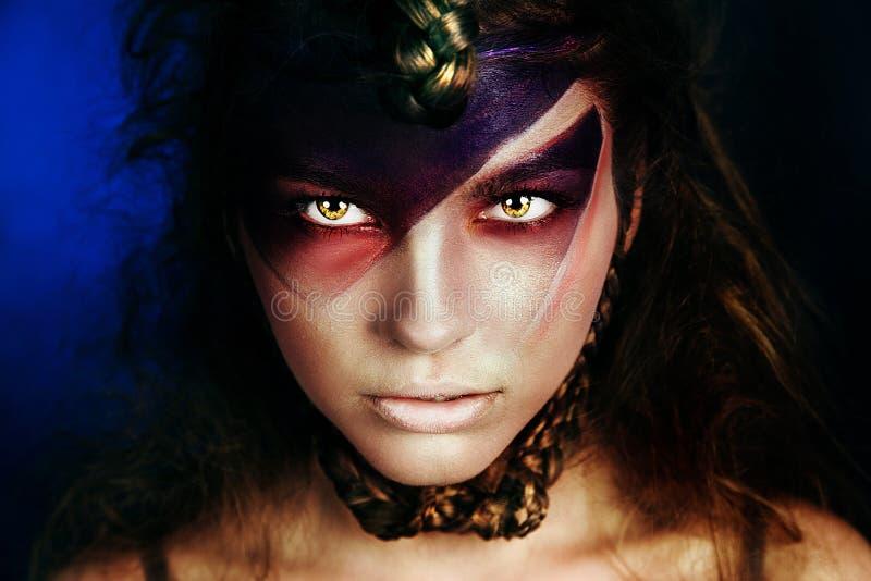 Donkerbruine vrouw met creatieve make-up royalty-vrije stock foto