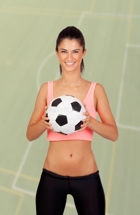 Donkerbruine vrouw met een voetbalbal royalty-vrije stock fotografie