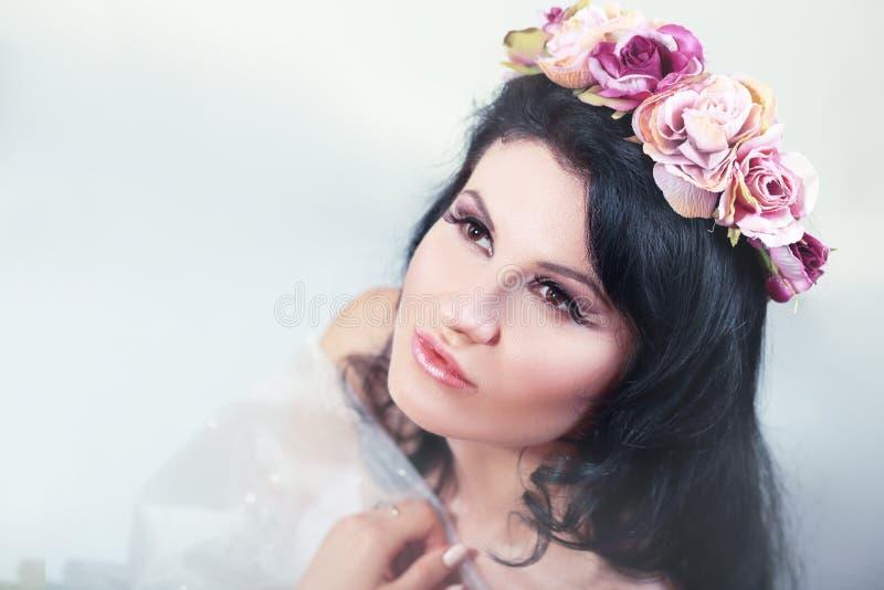 Donkerbruine vrouw met rozen royalty-vrije stock fotografie