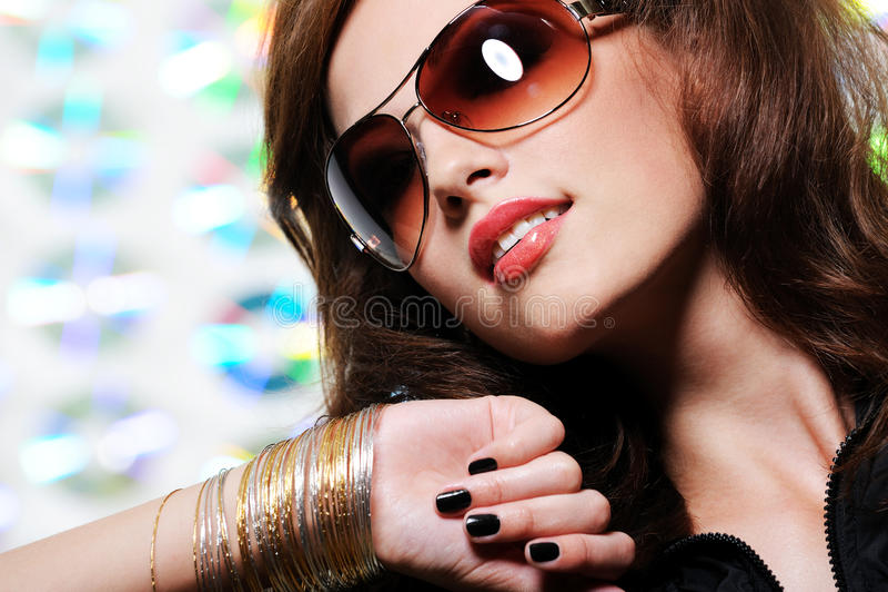 Donkerbruine vrouw in modieuze zonnebril stock foto's