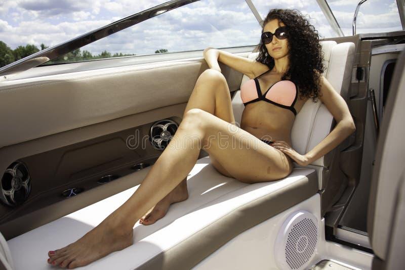 Donkerbruine vrouw op boot royalty-vrije stock foto