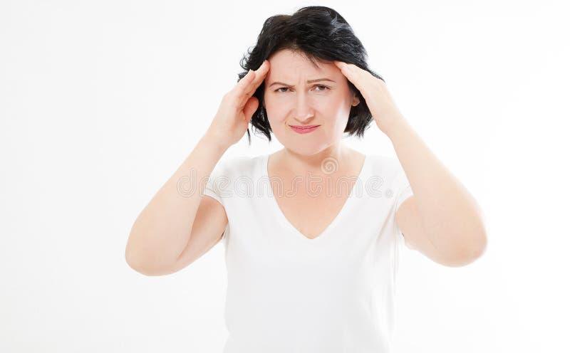 Donkerbruine vrouw op middelbare leeftijd over geïsoleerde achtergrond die aan hoofdpijn lijden stock foto