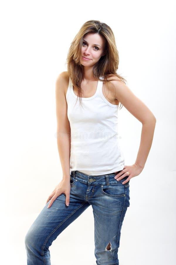 Donkerbruine vrouw in raunchy jeans royalty-vrije stock afbeeldingen